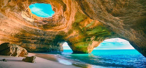 Sol, playas de acantilados dorados, pequeñas islas y pueblos con encanto, son algunos de los grandes atractivos de la región del Algarve en Portugal. Un destino turístico por excelencia, al sur del país luso, y que resulta ideal para todo tipo de viajeros. El paraíso de la calma se halla mucho más cerca de lo que cabría pensar. El Algarve es uno de esos destinos perfectos para ir con una agencia de viajes personalizados. Una agencia con la que poder contratar un viaje organizado a medida y así disfrutar con total seguridad de todas las maravillas de este lugar. Además, este tipo de agencias ofrecen servicio 24/7 para urgencias en viaje y disponen de agentes de viajes especializados y cercanos para no dejar escapar ni un solo detalle. 150 kilómetros de playas y pequeñas calas Situada en el extremo sur de Portugal, la región del Algarve posee algunos de los destinos turísticos costeros más interesantes de Europa. No en vano, aquí se pueden encontrar rincones tan paradisíacos como Portimao, Albufeira, Faro o Praia da Rocha, rincones en los que se combinan el turismo de playa y ocio para cualquier viajero. El Algarve cuenta con más de 180 kilómetros de costa, una franja de mar en la que tienen cabida playas interminables y pequeñas calas. Como telón de fondo, hermosos acantilados dorados, formaciones rocosas y un espejo cristalino de aguas tranquilas para darse un chapuzón o practicar cualquier tipo de deporte acuático. A la hora de hablar de actividades exclusivas en el mar, hay que hacerlo de Nautic Ocean, una agencia que ofrece algunas de las mejores actividades náuticas para disfrutar en familia, en pareja o con amigos. Si el mar es una de las pasiones del viajero, no puede por menos que conocer esta agencia. El Algarve cuenta además con algunos de los paisajes más deslumbrantes frente al Atlántico. Por un lado, el peñón de Sagres y, por otro, el de San Vicente, los puntos más occidentales de Europa. Curiosamente, ambos lugares no están tan masificados de turistas, 